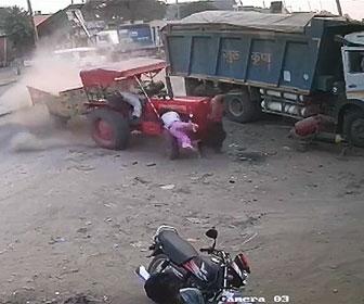 【事故】猛スピードのトラクターがコントロール失い3人に突っ込んでしまう衝撃事故映像