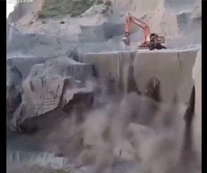 【衝撃】ショベルカーが作業中、大規模に地面が崩れ落ちてしまう衝撃映像