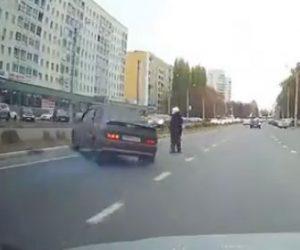 【衝撃】猛スピードの車が道を横断するおばあちゃんに気づき急ブレーキをかけるが…