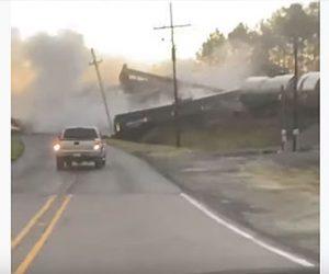 【事故】アメリカ テキサス列車脱線事故の瞬間映像