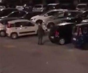 【衝撃】男が車56台のガラスを割りまくる衝撃映像
