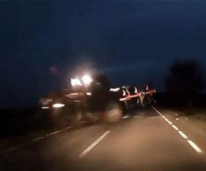 【回避不能】夜道を走る車が道を塞いで停車しているトラクターに突っ込んでしまう衝撃映像