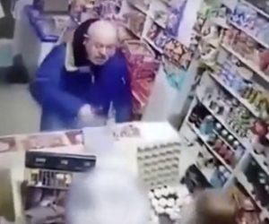 【衝撃】レジの前でマスクをするように言われた男が衝撃の行動に出る