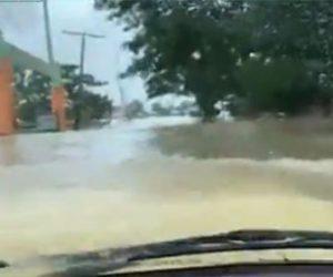 【衝撃】洪水で冠水した道を進む車が凄い