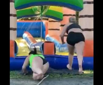 【衝撃】太った女性が走ってエア遊具のウォータースライダーに飛び込むが…