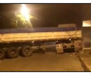 【衝撃】大型トラックが無理にターンをしようとするが…