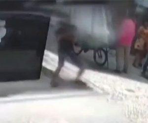 【衝撃】建物の屋根が崩れ、下に立っていた男性の頭に直撃してしまう衝撃映像