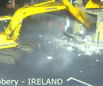 【衝撃】ショベルカーでATMを破壊し、車に積んで盗み衝撃映像