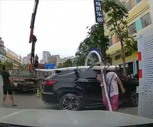 【衝撃】クレーンで吊るした街路灯が倒れ男性に直撃してしまう衝撃映像