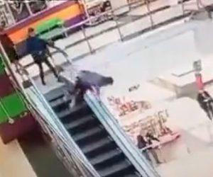 【衝撃】13歳の少年がショッピングモールの4階エスカレーターから落下してしまう衝撃映像