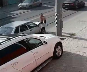 【衝撃】電柱に激突し凹んでしまった車を運転手が…
