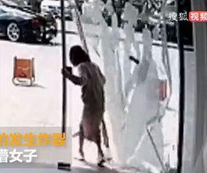 【衝撃】女性がガラスのドアから外に出た瞬間、ドアが割れてしまう衝撃映像