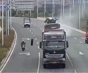 【事故】道を走るトラックのタイヤが外れ、女性が運転するスクーターに直撃してしまう