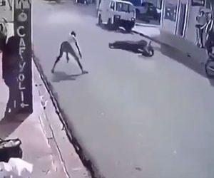 【事故】猛スピードのバイクが転倒するが車道を滑りながら立ち上がるライダーが凄い