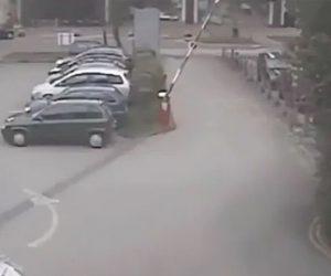 【衝撃】駐車場入り口にあるゲートバーの動きがヤバすぎる衝撃映像