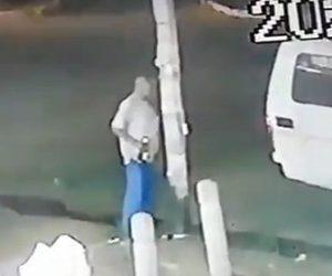 【衝撃】電柱に小便をする男に悲劇が…