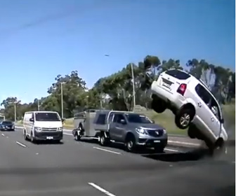 【事故】高速道路を猛スピードで走るSUV車がコンクリート防護柵に激突する衝撃映像