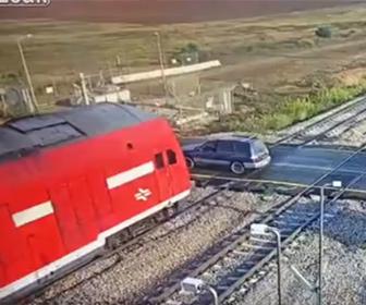 【事故】踏切を渡ろうとするSUV車に猛スピードの電車が突っ込む衝撃映像