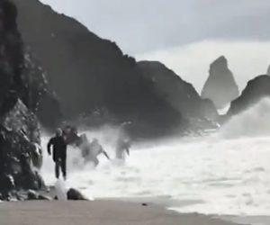【衝撃】若者グループが大波から走って逃げる衝撃映像