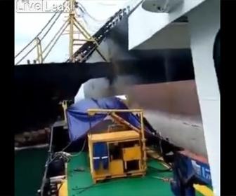 【衝撃】海賊船が巨大タンカーに突っ込んでくる衝撃映像