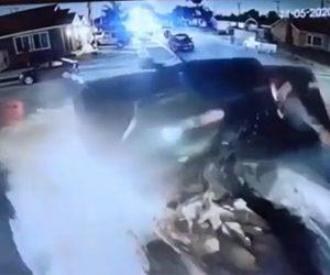 【衝撃】パトカーから逃げるピックアップトラックが駐車車両に猛スピードで突っ込む衝撃映像