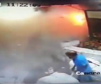 【衝撃】大勢が作業する工場で爆発が起きてしまう衝撃映像