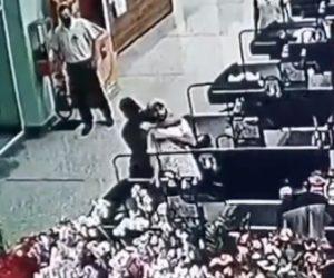 【衝撃】強盗がレジの女性に金を要求するが後ろから男性に閉め落とされる衝撃映像
