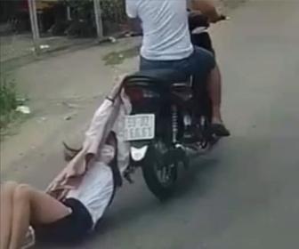 【衝撃】バイクに乗った強盗に荷物を奪われた若い女性が衝撃の行動…