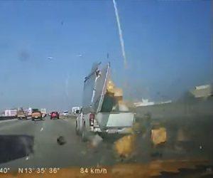 【事故】高速道路で宅配トラックが無理に車線変更し街路灯激突。荷物が飛び出してしまう衝撃映像