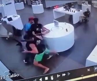 【衝撃】男達が携帯電話ショップで一斉にスマートフォンを奪い走って逃げる衝撃映像