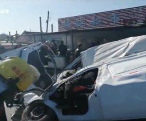 【事故】猛スピードのミキサー車がコントロールを失い横転。バンを押しつぶしてしまう衝撃映像