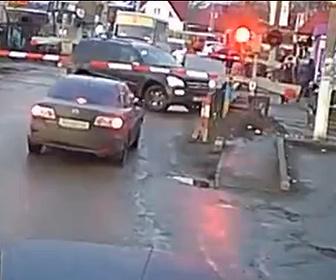 【衝撃】遮断機が下り踏切内に閉じ込められた車。車を傷つけたくない運転手は…