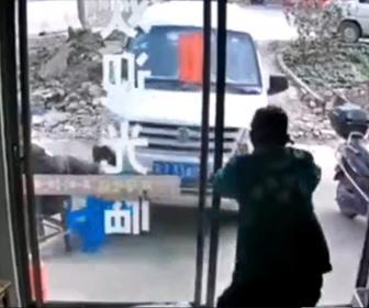 【事故】サイドブレーキを忘れたミニバスが店内の老人に突っ込んでくる衝撃映像