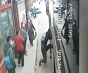 【衝撃】バス強盗が乗客に捕まり必死にドアから逃げようとするが…