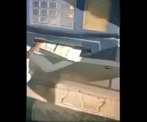 【衝撃】ATMの現金取り出し口からネズミが出てくる衝撃映像
