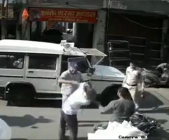 【衝撃】インドの警察官がヤバすぎる!警察官が後方を確認せず車のドアを開けバイクが激突するが…