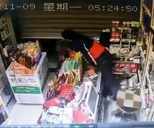 【衝撃】泥棒が閉まったシャッターを開け、店に忍び込もうとするが店員が酒瓶を持って待ち構える衝撃映像