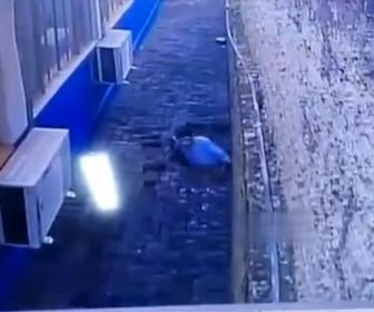 【衝撃】刑務所の囚人が地下にトンネルを掘り脱獄する衝撃映像