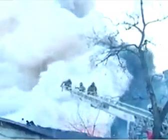 【衝撃】花火工場の火災でクレーンに登り消防士が消火活動をするが大爆発が起き…
