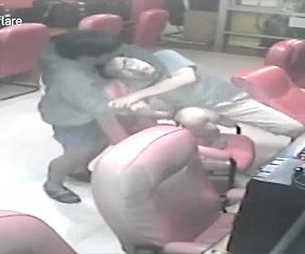 【強盗】インターネットカフェでナイフを持った強盗がパソコンをしている男性に襲いかかる