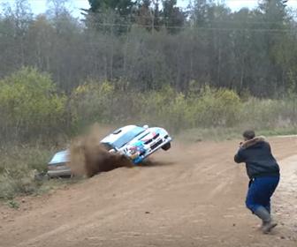 【事故】猛スピードのラリーカーがカーブを曲がり切れず次々と突っ込んでくる衝撃映像