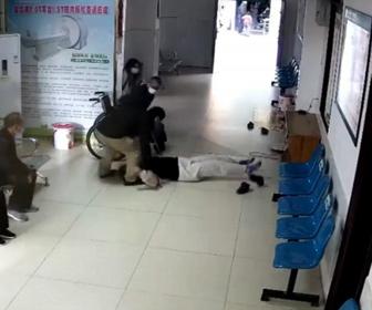 【衝撃】病院の待合室で女性が突然倒れ痙攣してしまう衝撃映像