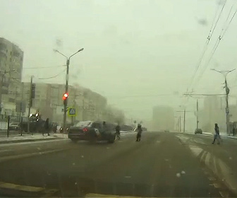 【衝撃】道を渡る歩行者に猛スピードのタクシーが突っ込んで行く衝撃映像