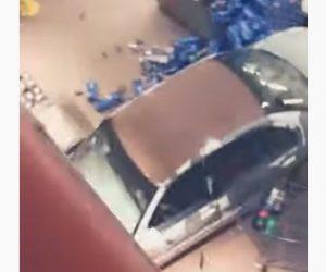 【衝撃】ショッピングモール内に車が侵入。商品を長い倒し暴走する衝撃映像