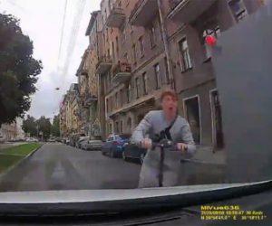 【事故】キックスケーターが角から突然飛び出してくる衝撃映像