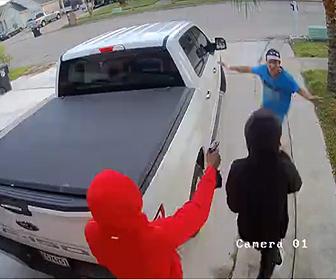 【強盗】男性に3人組の武装強盗が襲いかかりピックアップトラックを奪い逃走する衝撃映像