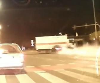 【事故】交差点で左折するトラックに猛スピードの車が突っ込んでしまう衝撃事故映像