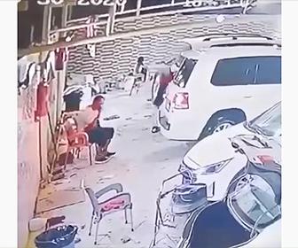 【衝撃】椅子に座って電話をしている男性の前に車が駐車するが…