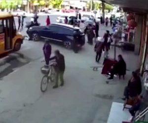 【衝撃】教師が運転する車が暴走、バスに並ぶ生徒達に突っ込んでしまう衝撃事故映像