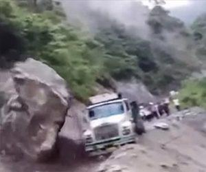 【衝撃】地すべりで巨大な岩が落下しトラックに直撃する衝撃映像